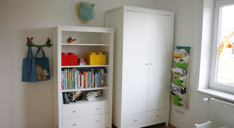 hereinspaziert ins kinderzimmer schrank hans von hoppekids ist da lavendelblog. Black Bedroom Furniture Sets. Home Design Ideas