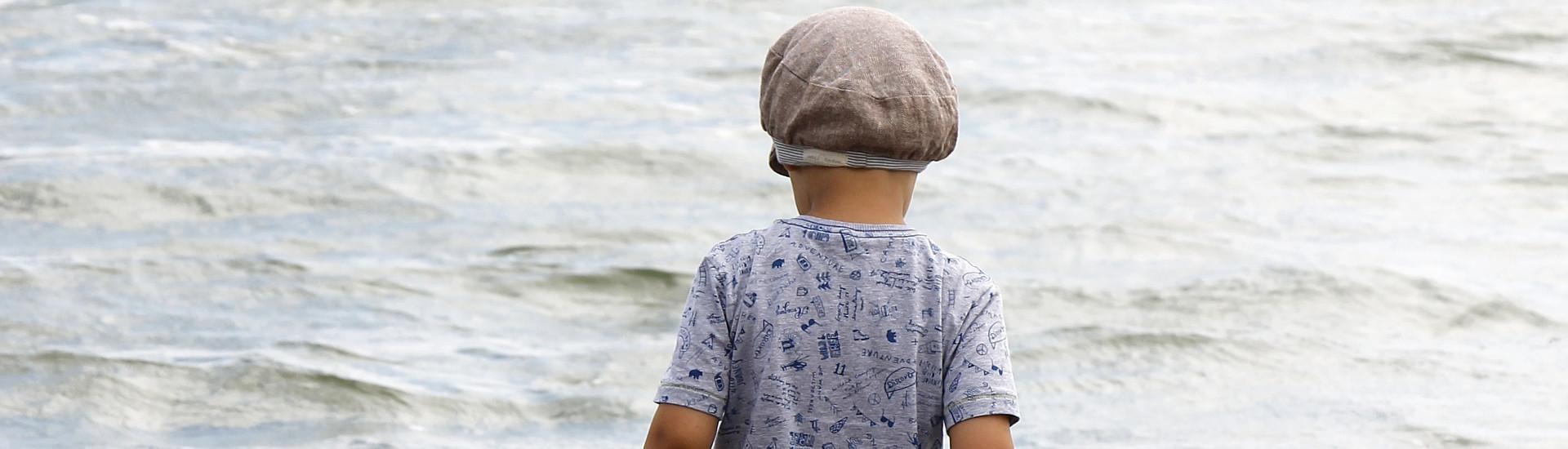Junge am Meer mit Sanetta T-Shirt
