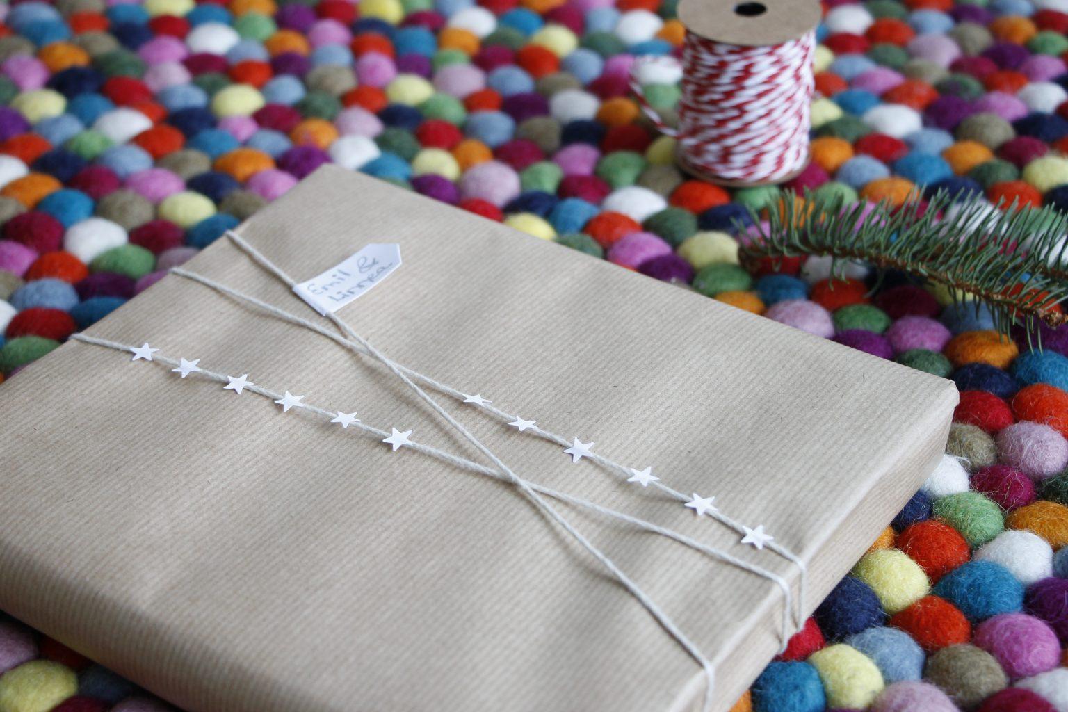 Geschenke mit Packpapier verpacken