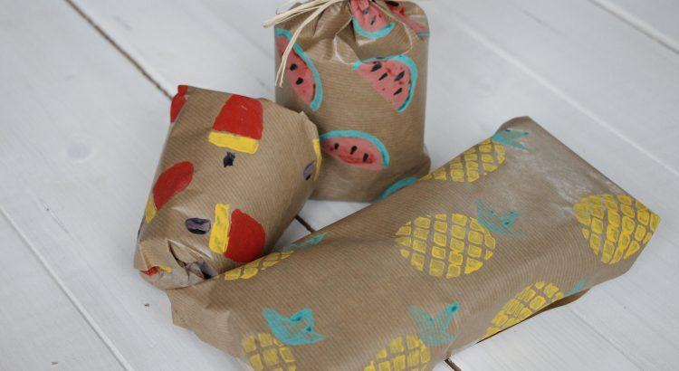 diy idee geschenkpapier mit kartoffeldruck selbermachen lavendelblog. Black Bedroom Furniture Sets. Home Design Ideas