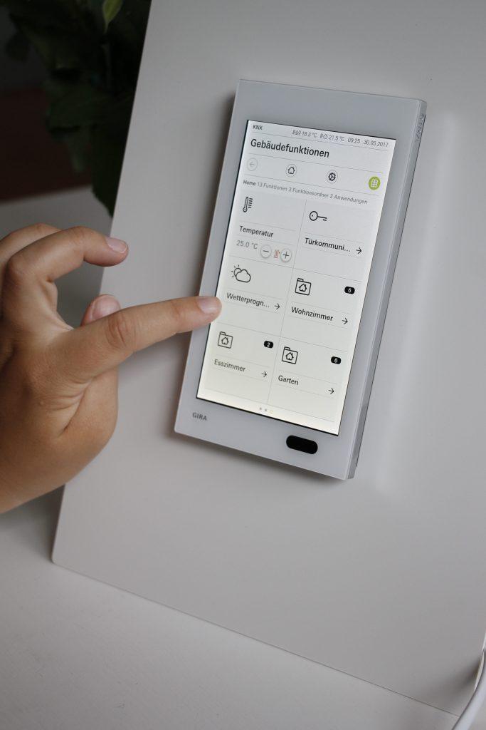 anzeige mit dem gira g1 das smart home steuern inkl gewinnspiel lavendelblog. Black Bedroom Furniture Sets. Home Design Ideas