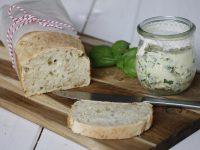 Rezeptidee: 5-Minuten-Brot und selbstgemachte Kräuterbutter