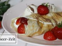 Sommer-Dessert: Crêpes mit Erdbeeren und Vanille-Sahne