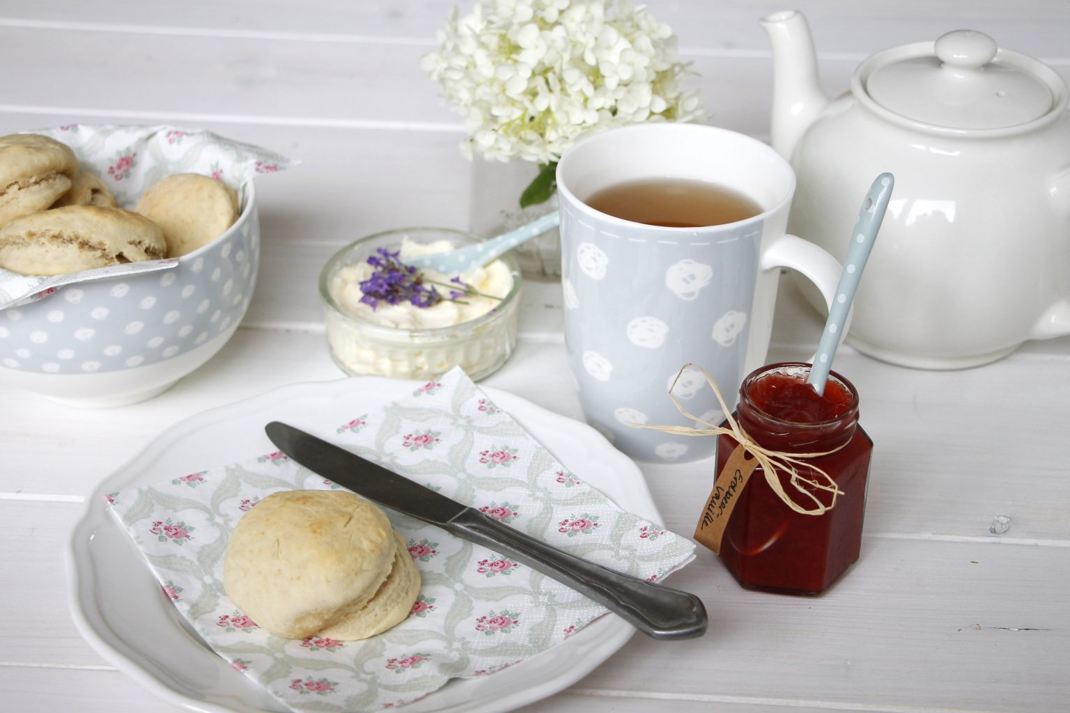 tea time scones mit clotted cream und erdbeerkonfit re. Black Bedroom Furniture Sets. Home Design Ideas