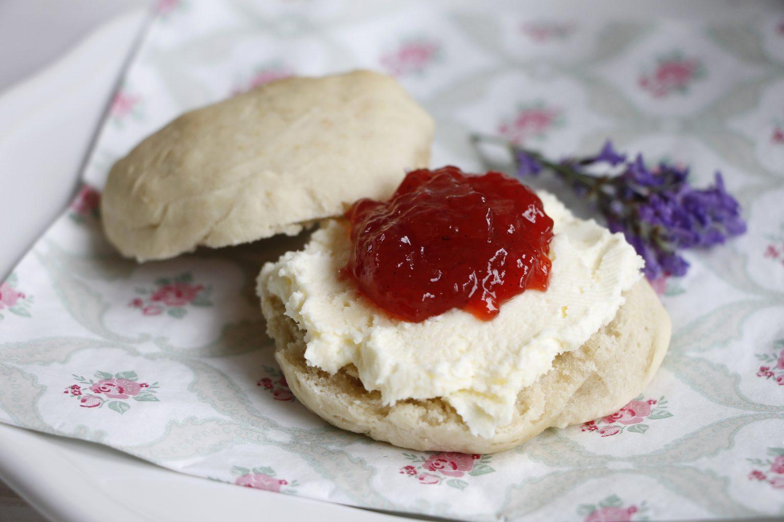 tea time scones mit clotted cream und erdbeerkonfit re inkl gewinnspiel lavendelblog. Black Bedroom Furniture Sets. Home Design Ideas