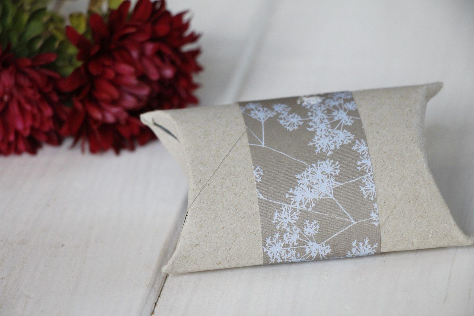 diy kleine geschenkverpackung aus klopapierrolle basteln. Black Bedroom Furniture Sets. Home Design Ideas