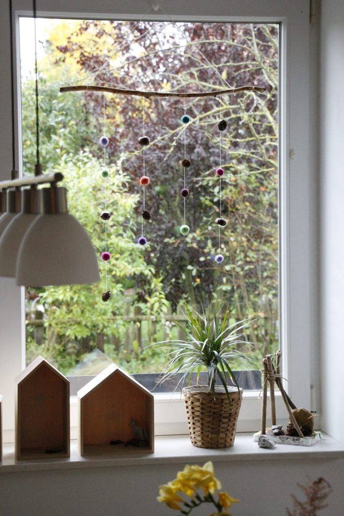 herbstdeko f rs fenster filzkugel mobile mit naturmaterialien lavendelblog. Black Bedroom Furniture Sets. Home Design Ideas