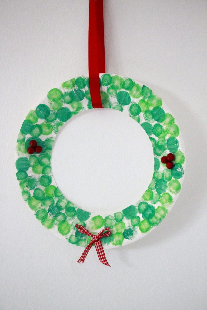 diy selbstgebastelter pappteller weihnachtskranz als geschenkidee f r oma und opa lavendelblog. Black Bedroom Furniture Sets. Home Design Ideas
