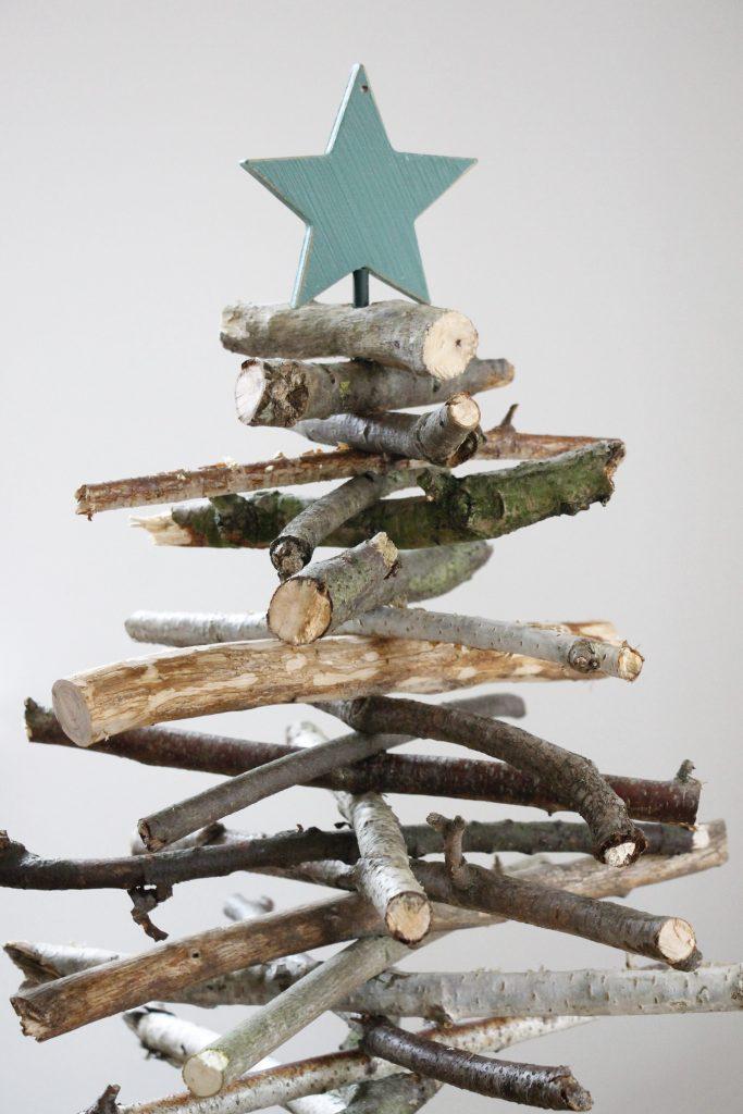 Weihnachtsbaum aus Ästen bauen