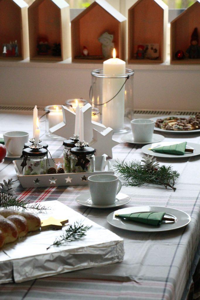 anzeige ein hefeteig weihnachtsbaum und ein weihnachtlich gedeckter tisch mit erwin m ller. Black Bedroom Furniture Sets. Home Design Ideas