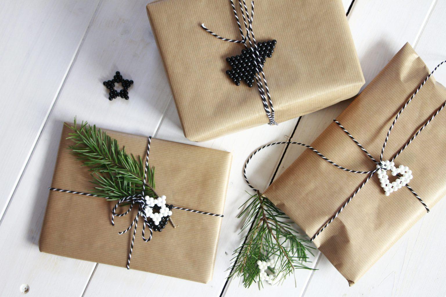Weihnachtsgeschenke verpacken Packpapier