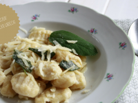 Gnocchi selber machen: Rezept für selbstgemachte Gnocchi mit Salbeibutter