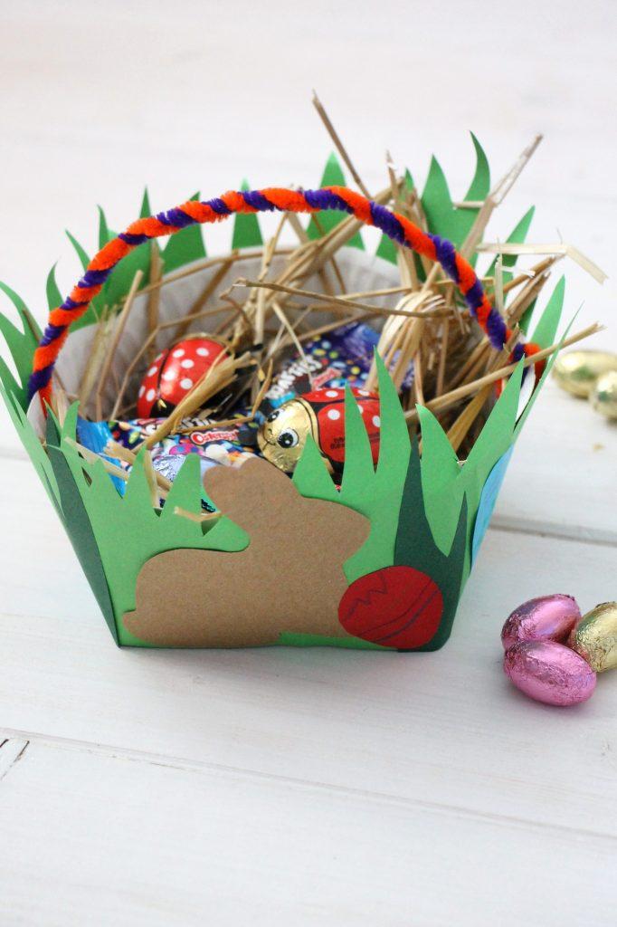 Pappteller-Osterkörbchen basteln Anleitung