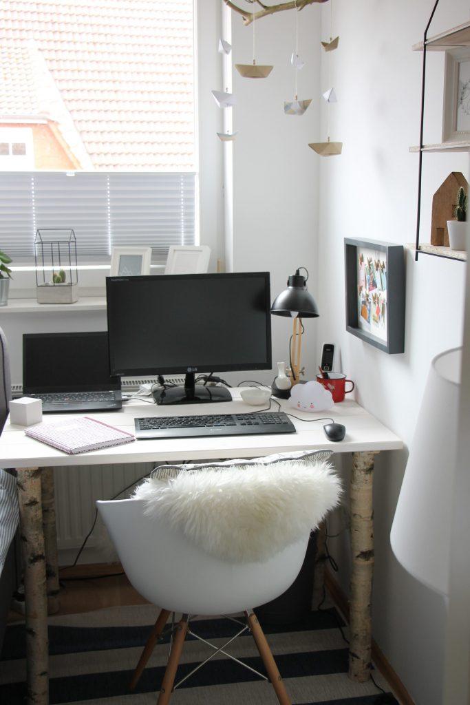 Schreibtisch mit Birkenstämmen selber bauen