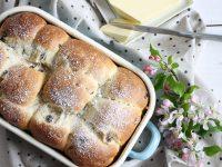 Hefeteig-Brötchen backen: Rezept für Schoko- und Rosinen-Brötchen
