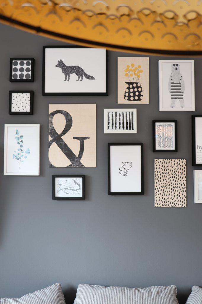 Wohnzimmer Bilderwand grau