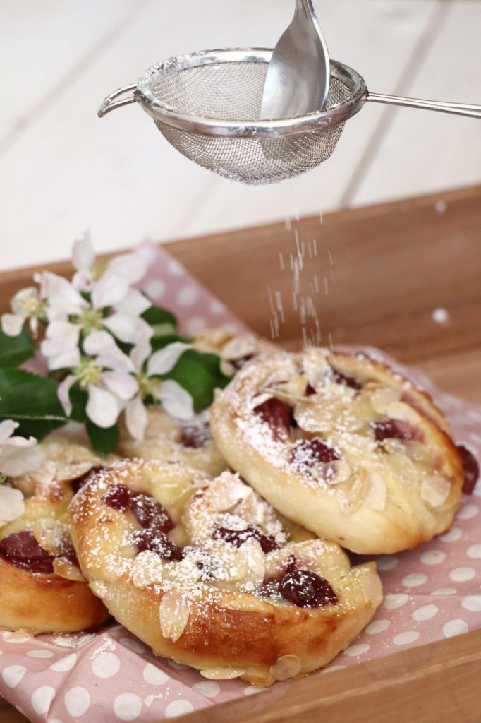 Puddingschnecken mit Kirschen Rezept