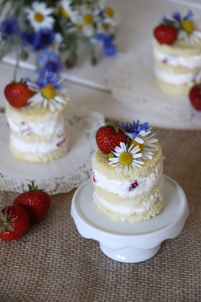 Erdbeer Törtchen dekorieren