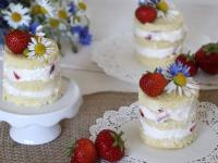 Erdbeertörtchen mit Blumendeko: Sommerlich & fruchtig