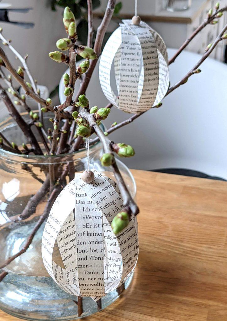 Ostereier aus Buchseiten basteln