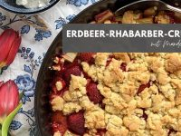 Rezept: Erdbeer-Rhabarber-Crumble mit Mandeln